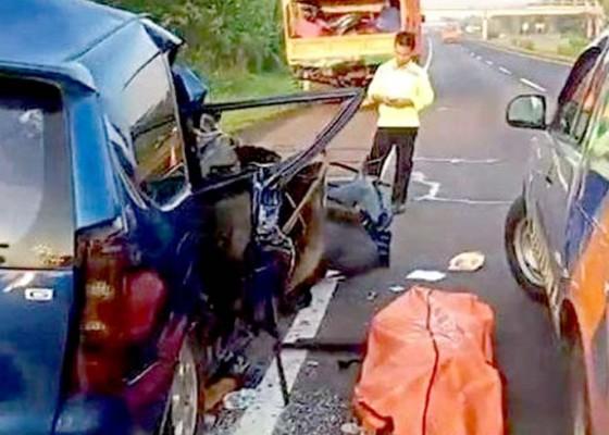 Nusabali.com - minibus-vs-truk-di-cipali-satu-keluarga-tewas