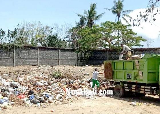 Nusabali.com - sampah-di-lahan-desa-adat-kuta-mulai-ditimbun