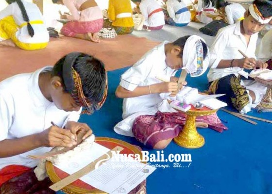 Nusabali.com - penyuluh-bahasa-bali-gelar-lomba-nyurat-lontar