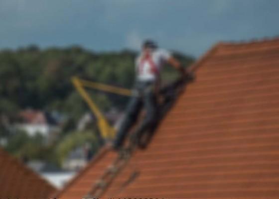 Nusabali.com - naik-atap-rumah-bule-stres-diamankan-warga