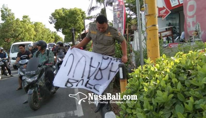 www.nusabali.com-satpol-pp-tertibkan-spanduk-dan-pedagang