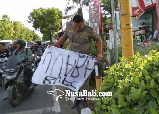 Nusabali.com - satpol-pp-tertibkan-spanduk-dan-pedagang