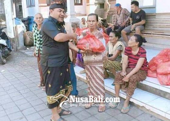 Nusabali.com - perbekel-desa-purwakerti-keliling-bawa-bantuan-sembako