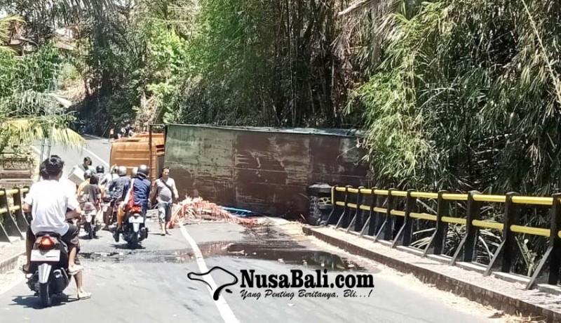 www.nusabali.com-truk-fuso-terguling-di-tanjakan