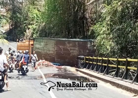 Nusabali.com - truk-fuso-terguling-di-tanjakan