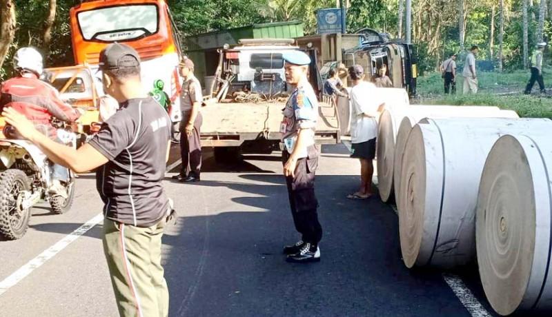www.nusabali.com-overload-truk-terguling-melintang-di-jalan
