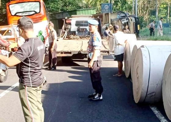 Nusabali.com - overload-truk-terguling-melintang-di-jalan