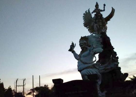 Nusabali.com - siluet-raksasa-taman-kota-gianyar