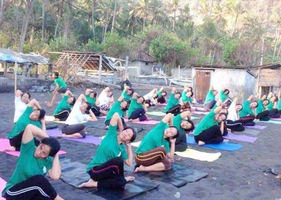 Nusabali.com - ibu-rumah-tangga-di-desa-bugbug-latihan-yoga-kecantikan