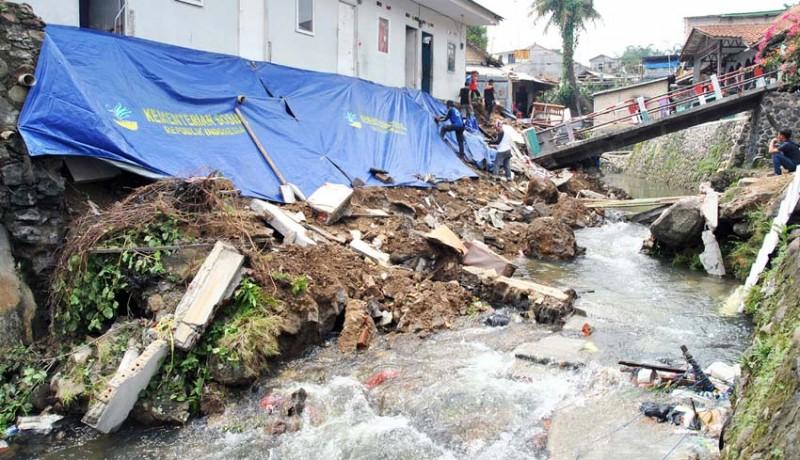 www.nusabali.com-jembatan-ambruk-akibat-longsor