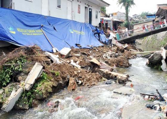 Nusabali.com - jembatan-ambruk-akibat-longsor
