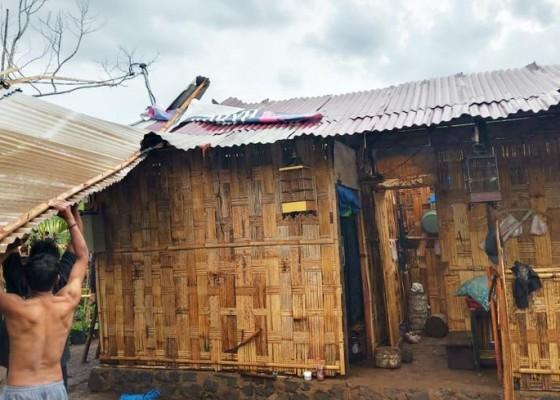 Nusabali.com - enam-rumah-warga-rusak-satu-keluarga-ngungsi-ke-rumah-tetangga