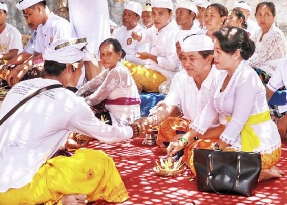 Nusabali.com - saraswati-bupati-suwirta-hadiri-dua-karya-di-nusa-penida