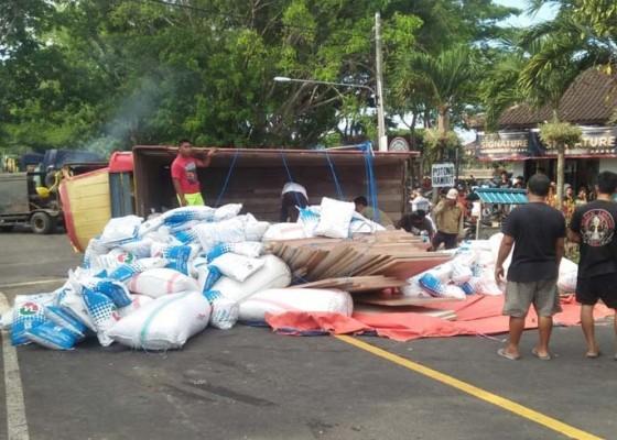 Nusabali.com - kecelakaan-beruntun-dua-truk-terguling