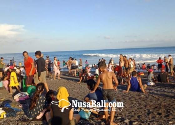 Nusabali.com - banyupinaruh-krama-serbu-pantai-dan-beji