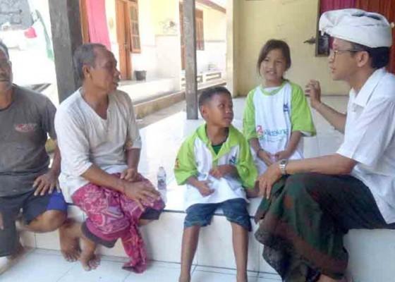 Nusabali.com - dua-bocah-yatim-piatu-kakak-beradik-diasuh-kakek