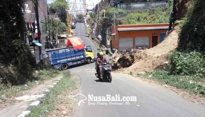 www.nusabali.com-badan-jalan-tertutup-material-longsor