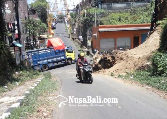 Nusabali.com - badan-jalan-tertutup-material-longsor