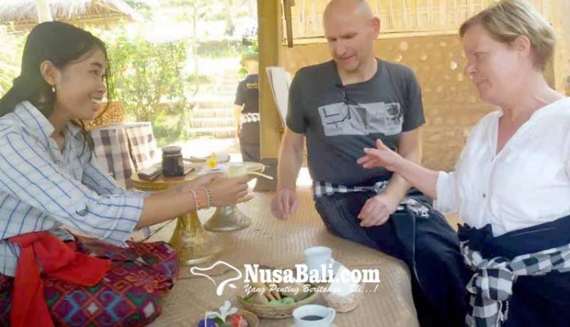 www.nusabali.com-turis-jerman-belajar-buat-canang