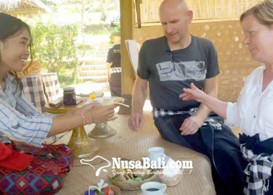 Nusabali.com - turis-jerman-belajar-buat-canang