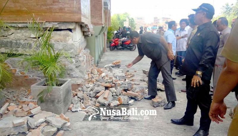 www.nusabali.com-dinding-pondasi-pasar-badung-roboh