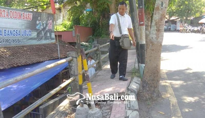 www.nusabali.com-trotoar-jebol-bahayakan-pejalan-kaki