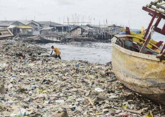 Nusabali.com - limbah-plastik-pesisir-laut-cilincing