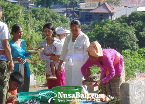 Nusabali.com - mamunjung-tradisi-makan-bersama-di-kuburan-masyarakat-singaraja