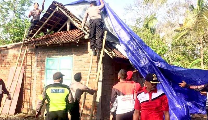 www.nusabali.com-satu-keluarga-terpaksa-ngungsi-ke-kandang-kerbau
