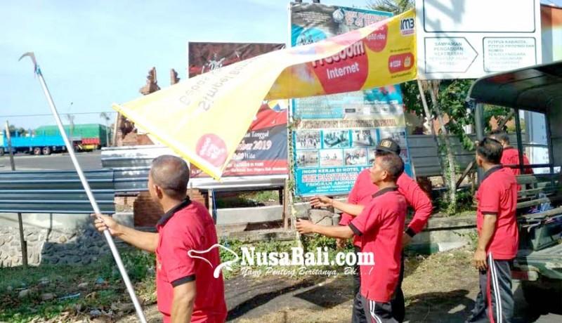 www.nusabali.com-satpol-pp-tertibkan-puluhan-reklame-dan-pedagang-durian