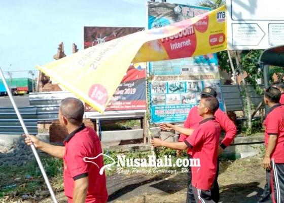 Nusabali.com - satpol-pp-tertibkan-puluhan-reklame-dan-pedagang-durian