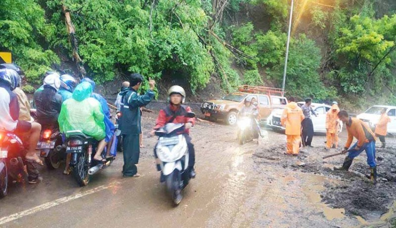 www.nusabali.com-hujan-deras-jalur-bukit-sang-hyang-ambu-tertimbun