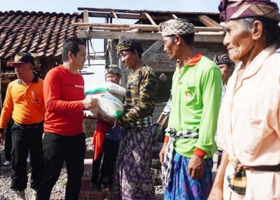 Nusabali.com - wabup-kembang-tinjau-korban-bencana-puting-beliung