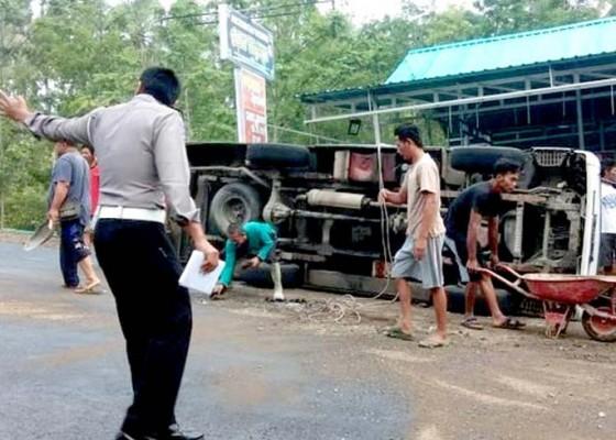 Nusabali.com - rem-blong-mobil-rombongan-peziarah-terguling