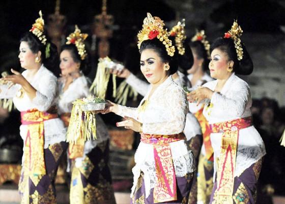 Nusabali.com - malam-kesenian-serangkaian-dies-natalis-isi-denpasar-dimeriahkan-tetarian-fashion-show-hingga-genjek
