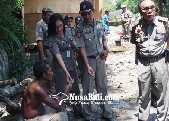 Nusabali.com - satpol-pp-sidak-buruh-proyek-goa-jepang