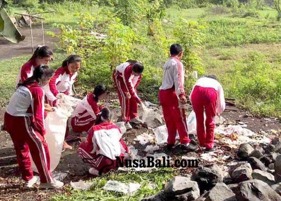 Nusabali.com - pmr-se-karangasem-pungut-sampah-plastik