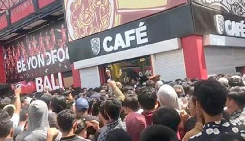 www.nusabali.com-bali-united-cafe-porak-poranda-9-suporter-terluka