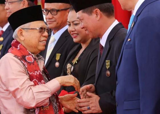 Nusabali.com - bupati-suwirta-terima-satya-lencana-kebaktian-sosial-2019