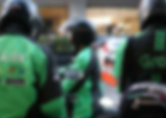 Nusabali.com - mangkal-di-akses-ke-luar-bandara-ngurah-rai-driver-ojol-dikeluhkan
