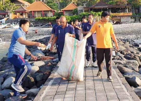 Nusabali.com - phri-bersihkan-sampah-plastik-di-candidasa