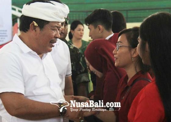 Nusabali.com - 799-mahasiswa-kembali-terima-beasiswa-pemkab