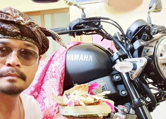 Nusabali.com - jun-bintang-ungkap-hobi-koleksi-kendaraan-lawas