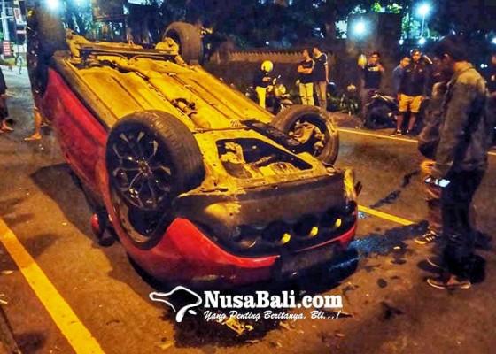 Nusabali.com - tabrak-pembatas-jalan-nissan-juke-terbalik-di-kesiman