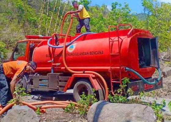 Nusabali.com - bpbd-salurkan-air-bersih-di-bukit-catu