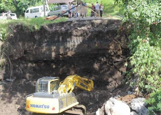 Nusabali.com - jembatan-jebol-di-tukad-unda-mulai-diperbaiki