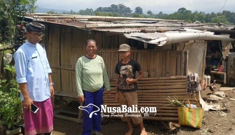 www.nusabali.com-saat-hujan-atap-ditambal-plastik-air-bersih-minta-ke-tetangga