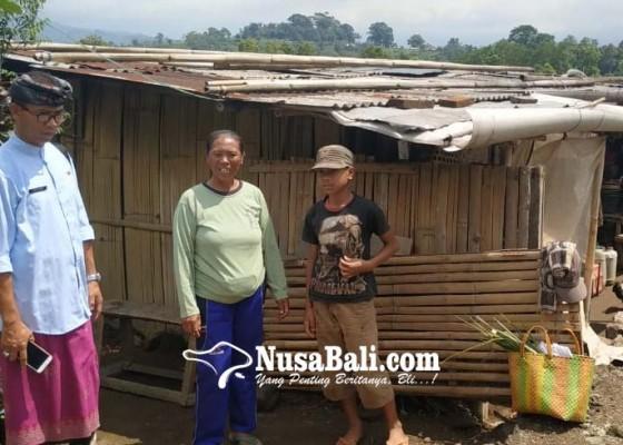 Nusabali.com - saat-hujan-atap-ditambal-plastik-air-bersih-minta-ke-tetangga