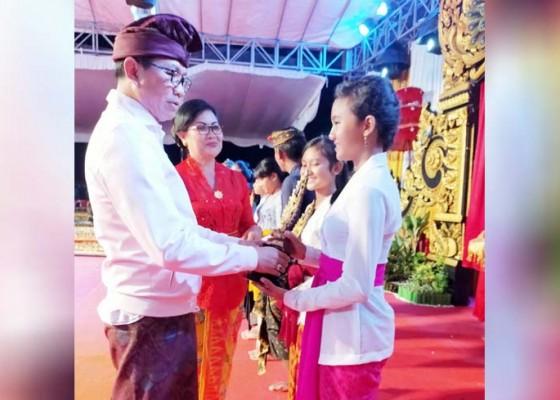Nusabali.com - wabup-suiasa-tutup-pesta-seni-budaya-desa-sibangkaja