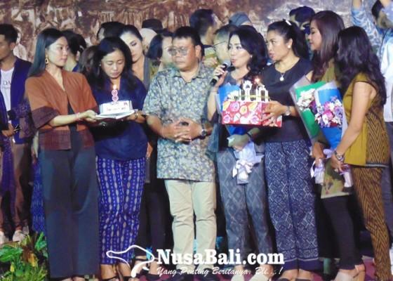 Nusabali.com - 60-duta-endek-peragakan-rancangan-10-desainer-denpasar